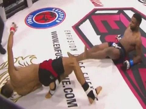 Hy hữu: 2 võ sỹ bị knock-out vì trúng đòn hiểm của nhau!