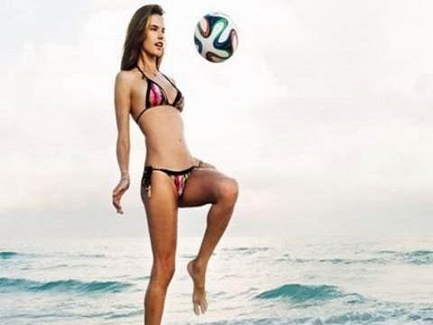Hotgirl bikini tâng bóng 'chuẩn không cần chỉnh' trên biển