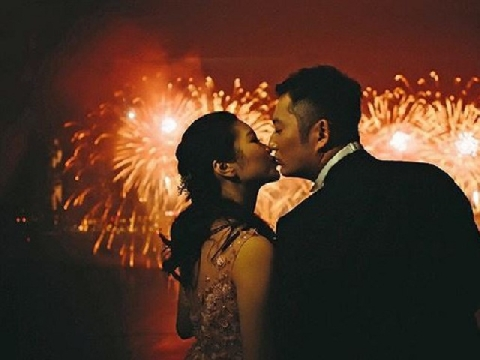 Trao nhau nụ hôn dưới khoảnh khắc giao thừa đón chào năm mới