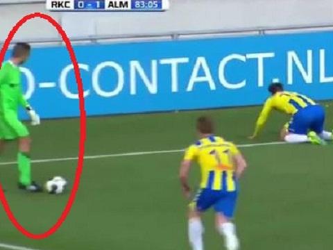 Thủ môn nhận bàn thua vì mải nhìn đối thủ