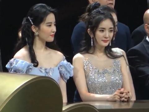So kè nhan sắc 'chưa qua chính sửa' của Dương Mịch và Lưu Diệc Phi trên sóng trực tiếp