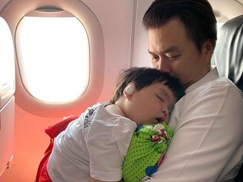 Hoang mang với ông bố nhét con trai vào máy soi hành lý