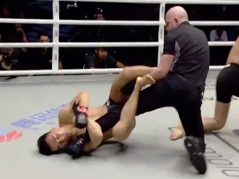 Lĩnh cú đấm ngàn cân, võ sĩ Trung Quốc khóa chân trọng tài trong cơn 'mộng du'