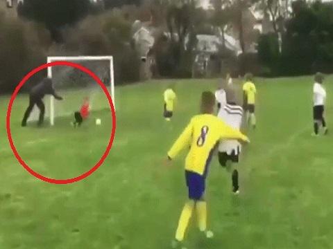 Clip có 1-0-2: Cha cố tình đẩy con ngã để cứu bàn thua cho đội nhà