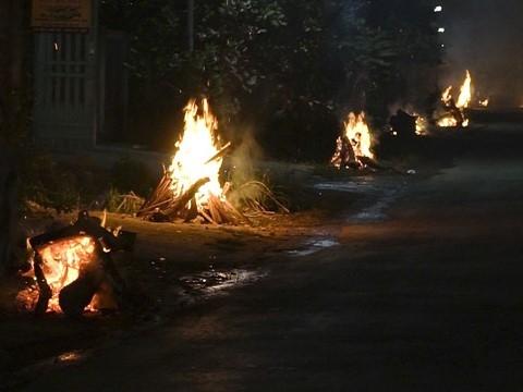 Kỳ lạ tục đốt lửa trước nhà trong đêm giao thừa