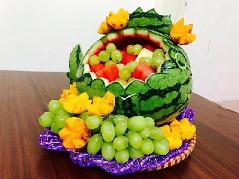 Tỉa dưa hấu thành giỏ hoa quả trang trí bàn tiệc ngày tết