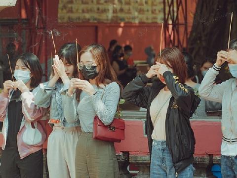 Nam thanh nữ tú Sài Gòn rủ nhau đi chùa Ngọc Hoàng cầu duyên dịp Valentine