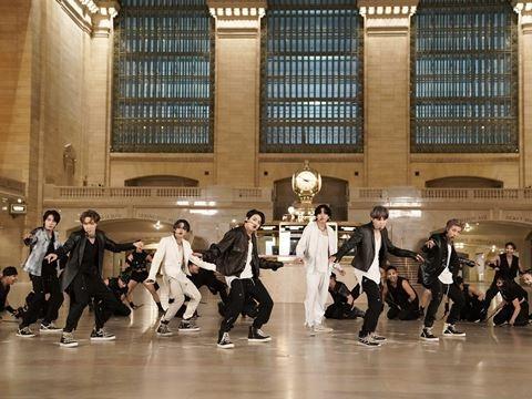 Chiêm ngưỡng sân khấu comeback của BTS ở nhà ga huyền thoại của New York