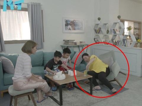 NSND Hồng Vân ngượng đỏ mặt vì ngồi đến mức gãy ghế trong khi quay phim