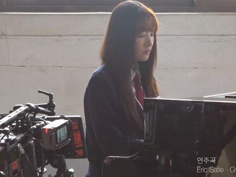 Park Min Young tung clip hậu trường đánh đàn piano, thần thái nữ sinh đỉnh cao
