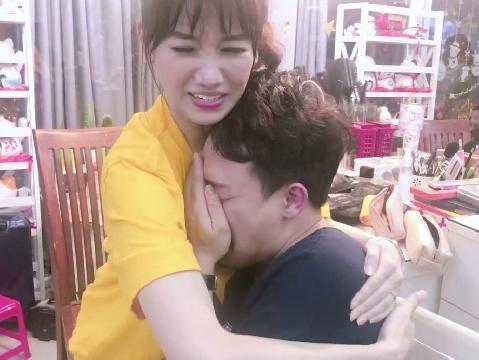 Trấn Thành bị ức hiếp vì ''hay khóc'', Hari Won cũng phải cạn lời!