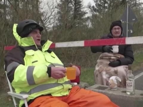 Đôi tình nhân U.90 hò hẹn bên rào chắn biên giới vì Covid