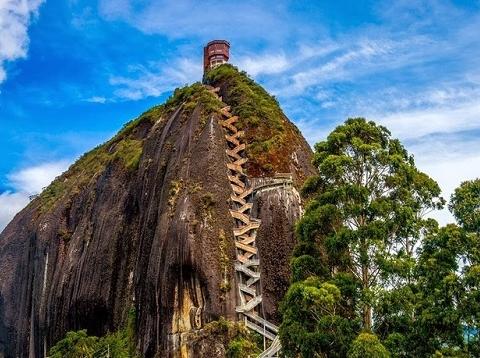 Tảng đá nặng 10 triệu tấn gây sốc
