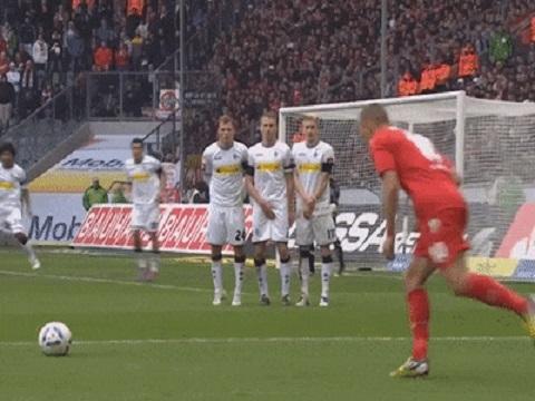 Hơn 3 triệu lượt xem cú đá phạt thảm họa của Podolski!