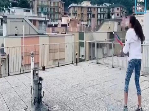 Đánh tennis 'xuyên' nhà cao tầng ngoạn mục nhất thế giới