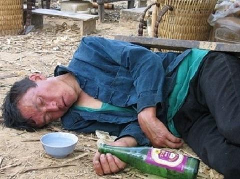 Ngã ngửa với tộc người uống rượu ''thay cơm'' ở Lai Châu