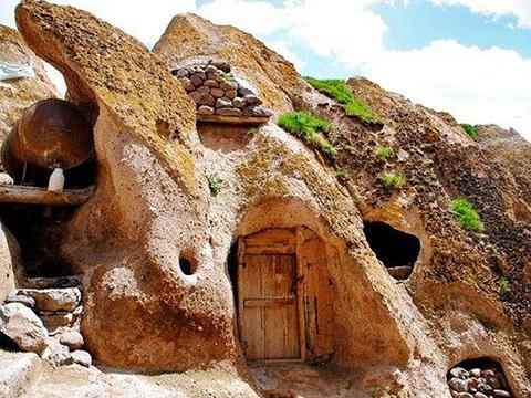 Ngôi làng 'tổ ong' trong lòng núi lửa