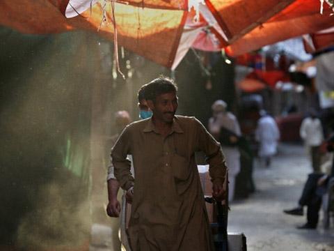 Bệnh nhân nằm cùng xác chết gây sốc ở Mumbai