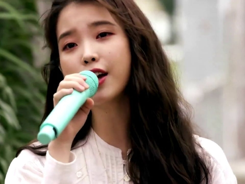 IU live hit ''Eight'', cân luôn đoạn rap khiến fan ố á