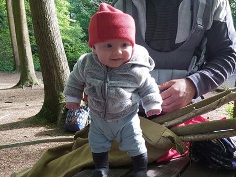 Anh - Bé gần 4 tháng tuổi tự đứng