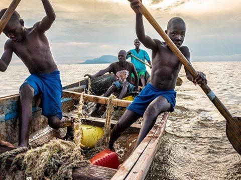 Cách dùng bao cao su kỳ lạ của ngư dân Kenya