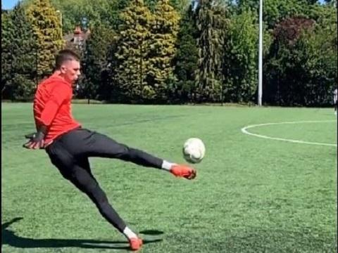 Pha phát bóng chuẩn như Beckham của anh chàng thủ môn