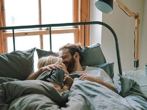 5 hành động trên giường chứng tỏ chồng yêu bạn vô cùng