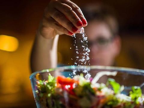 Ăn quá mặn sẽ gây hại như thế nào cho cơ thể?