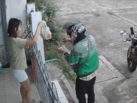 Tai nghe mắc vào tường rào, cô gái ngã nhào khi đang nhận hàng