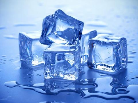 Mẹo làm đá lạnh cực nhanh để tiết kiệm điện ngày hè