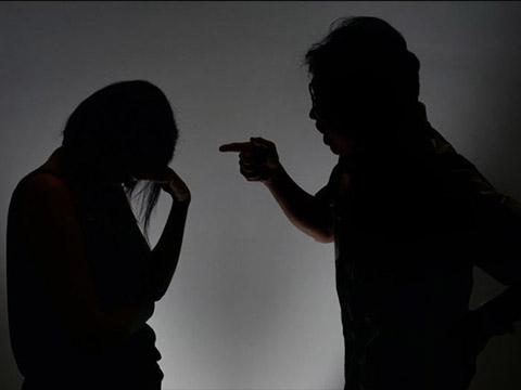 Cãi nhau với bạn trai, người mẹ ném con xuống sàn nhà