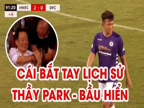 Thầy Park bắt tay bầu Hiển khi chứng kiến 'Siêu tiền đạo' Thành Chung ghi bàn
