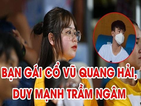 Bạn gái 'tiếp lửa' cho Quang Hải trên khán đài, Duy Mạnh trầm ngâm một mình