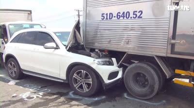 12 ôtô tông liên hoàn trên quốc lộ, phụ xe kẹt cứng trong cabin
