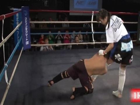 Nữ sinh Nhật thắng knock-out đối thủ nam bằng đòn thế nguy hiểm