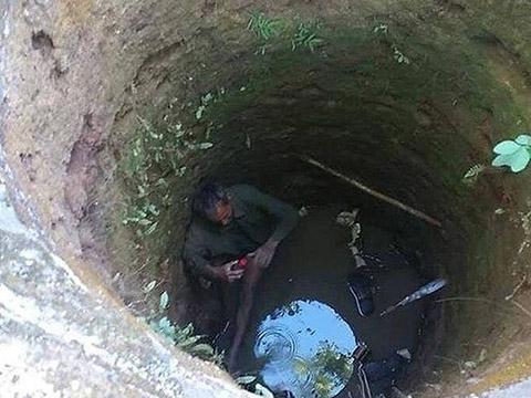Cụ ông rơi xuống giếng sâu hơn 9 m vì cứu mèo