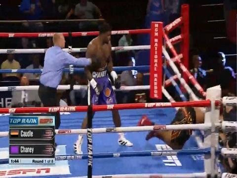 Tung 1 đấm, võ sĩ Mỹ khiến đối thủ 120 kg bay khỏi sàn đấu