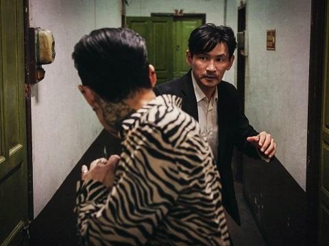 'Ông hoàng phòng vé' Hwang Jung Min bị truy sát cực căng ở Thái Lan