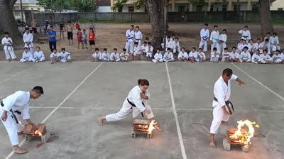 Võ sĩ karate tay không chặt vỡ ngói bốc lửa ngùn ngụt
