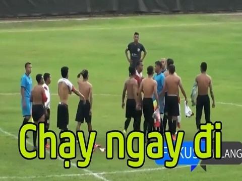 Cầu thủ Indonesia hỗn chiến, đuổi đánh trọng tài chạy khắp sân bóng
