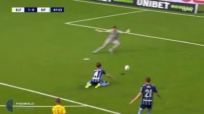 Hậu vệ quỳ gối 'đốt lưới nhà' khiến thủ môn bất lực
