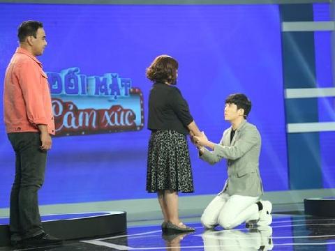 MC 30 tuổi quỳ gối xin mẹ ngủ riêng khiến Quyền Linh - Lê Hoàng tranh cãi gắt