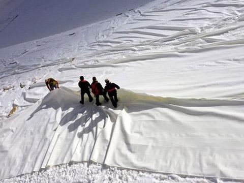 Độc đáo: phủ bạt che nắng để... ngăn sông băng tan chảy
