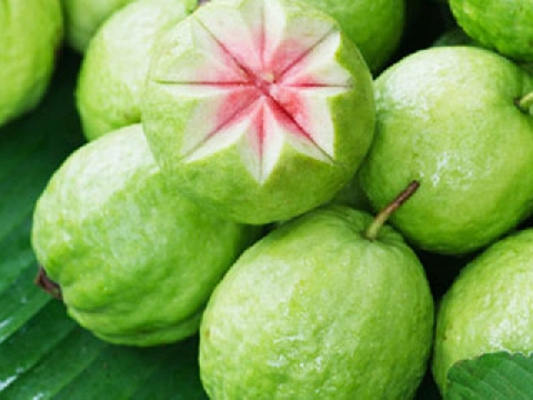 Màn cắt ổi mãn nhãn của người thợ bán hoa quả