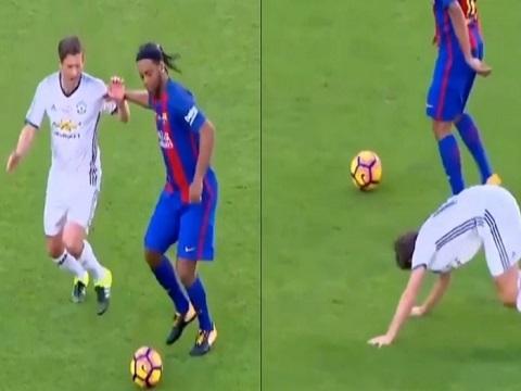 Ronaldinho khiến huyền thoại MU phải bò trên sân