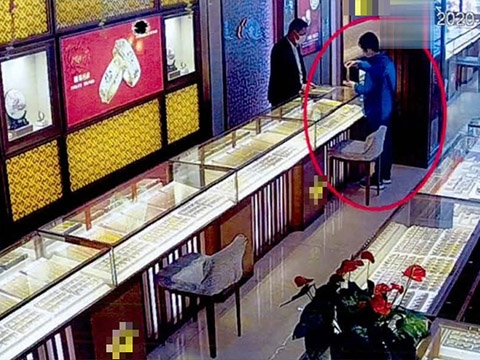 Quá nhàn chán, người phụ nữ đi cướp tiệm vàng để vào tù