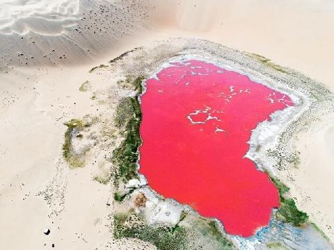 """Hồ """"máu'' nằm ẩn mình giữa sa mạc nóng bỏng"""