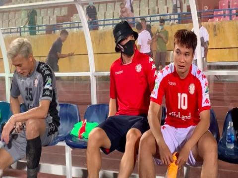 Công Phượng an ủi Phi Sơn sau khi giành giải ba cúp QG 2020