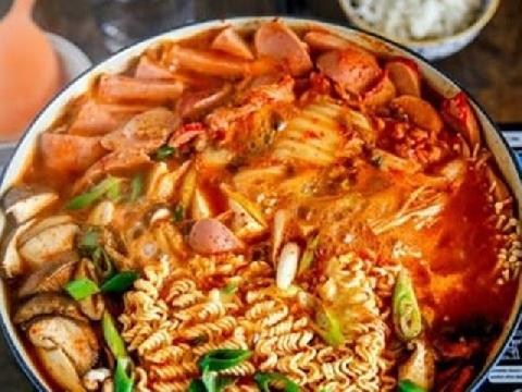 Trời lại nghĩ ngay đến món mì trộn cay trên đường phố Hàn Quốc