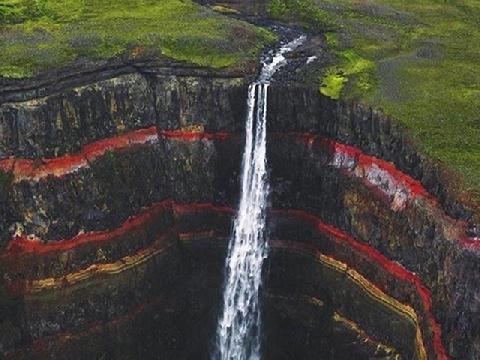 Thác nước đổ xuyên qua tầng địa chất 6 triệu năm có sắc vân đỏ rực